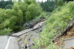 地震で割れた道路=新潟県長岡市大積町3の国道8号で、岡田英撮影