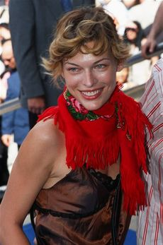 ミラ・ジョヴォヴィッチ(2002年、カンヌにて)