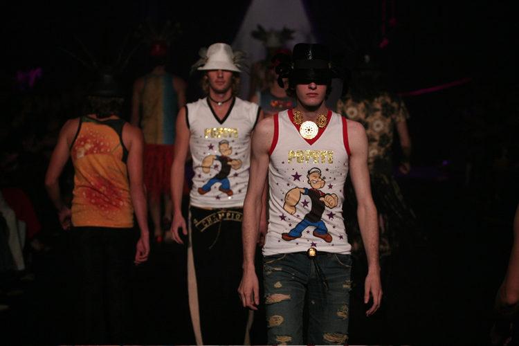 マーブルラメのシャツ、タンクトップ、ストールとデニム