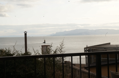 窓こしの海