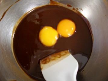 卵黄を入れて