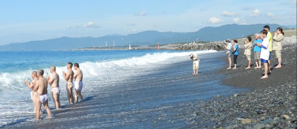 鈴川海岸で出発の水行