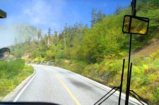 高原を登る車内からの画像