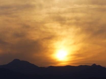 大岳山の右に沈む夕日