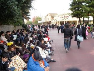 パレード待ちの人々
