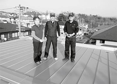 福岡さまご夫妻と代表親方の完成した屋根 の上での記念写真