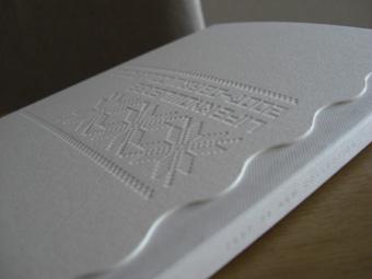 エンボスの表紙、真っ白でステキ。