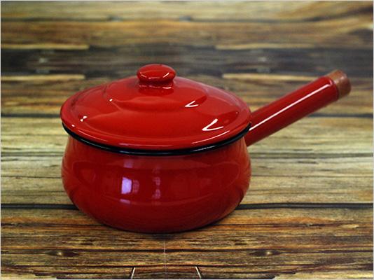 真っ赤な琺瑯の片手鍋