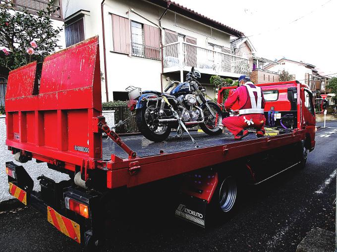 レッカー車に載るバイク