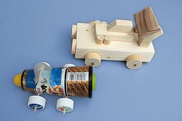 木の車と紙の車