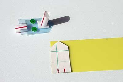 クリアファイルを3センチ幅に切ったものに型紙を重ねて、ハサミで切ります。