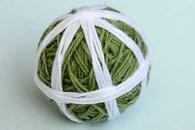 出来上がったボールを、毛糸で8等分に