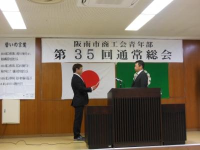 上野先輩へ卒業証書授与