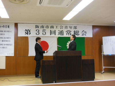 角井先輩へ卒業証書授与
