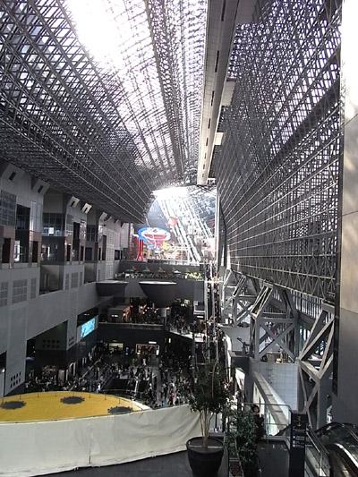 京都駅。大階段に大ドラえもん。