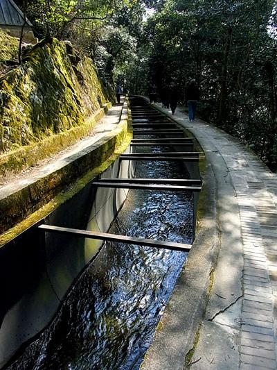 南禅寺の上にある水の流れ。下崖でちょー怖かった