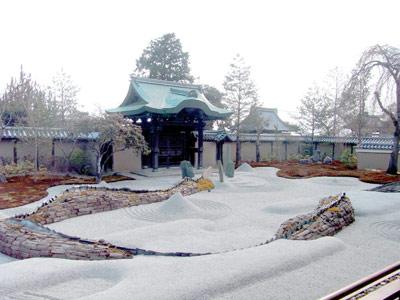 龍の横たわるお庭