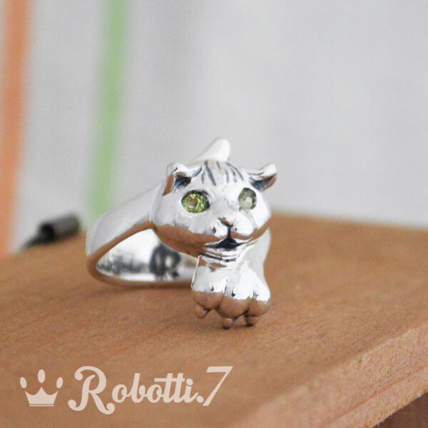 オーダーメイドの猫のリング。ペリドット付き。