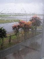 奥の道路が滑走路。すでに暴風・大雨です。この20分後くらいに、ぼくらの飛行機も飛びました