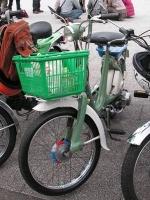カゴはスーパーのプラスチックカゴ。なんとホンダは、本当にこういうカゴをつけて海外に輸出していたそうな!