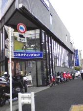 1階部分が整備工場、2階部分がショールーム。オシャレで気合の入った外国バイクが山盛り!