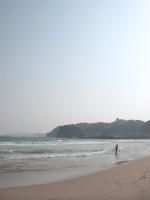 男の子が靴を脱いで海に入ってました