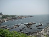 海岸線は険しい岩場。釣りをしている人がいました
