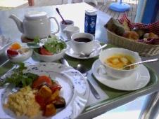 朝日の差し込むテラスで食べる朝食♪ 優雅ナリ
