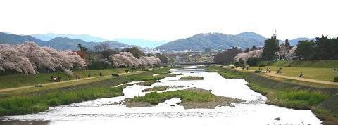 写真2_出雲路橋より鴨川と北山を望む(再)