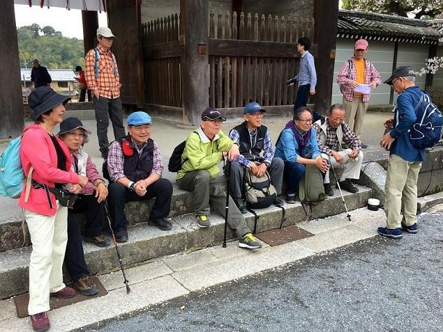 6仁和寺二王門で休憩.JPG