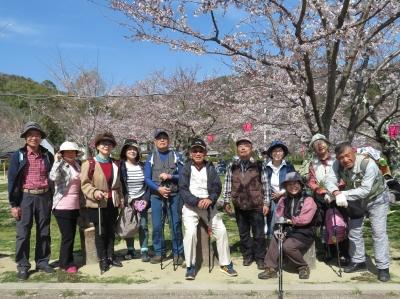 14_桜をバックに記念写真.jpg