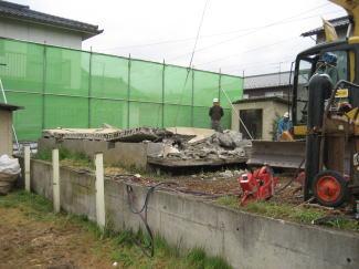横たわった補強コンクリートブロック造の壁