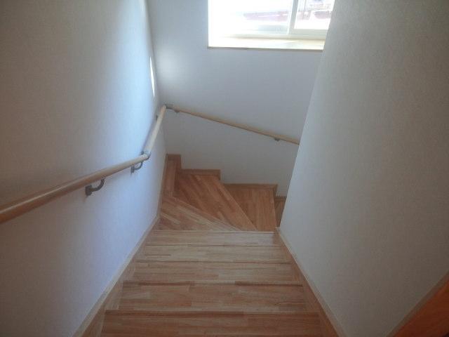 2Fホールから階段を見下ろす