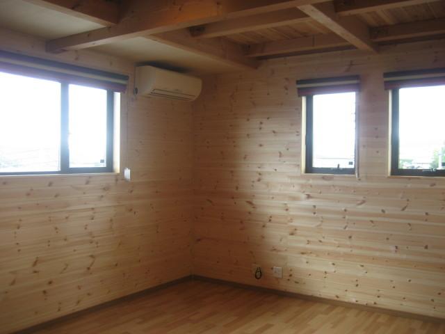 2F寝室壁無垢板張りアングル1