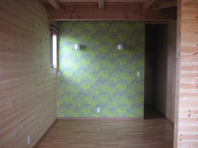 2F寝室壁無垢板張りアングル5