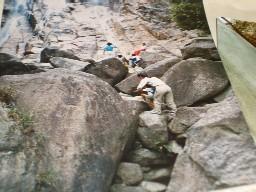 2歳でも険しいがけを登る。