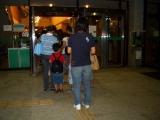 入り口に並ぶ親子の行列