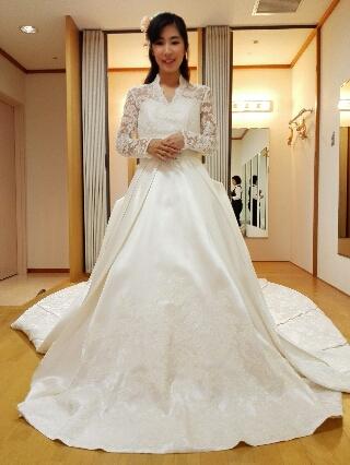 Aラインウエディングドレスのオフショルダー、ロングスリーブタイプ。  これでマーメイドラインだったら理想的だったのですが、上品で繊細なデザインは本当に素敵です。