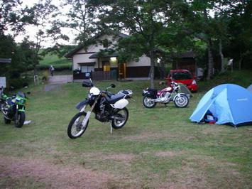 遅れて到着^^;;迷いました〜で、皆さんに手伝ってもらってテント設営