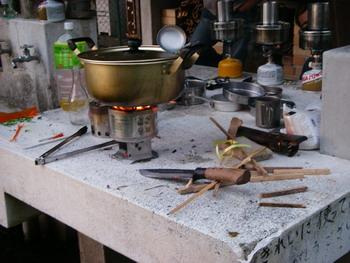 さてお鍋の中には何が・・・でも手前の鉈・・・なかなかカッコいいですね^^