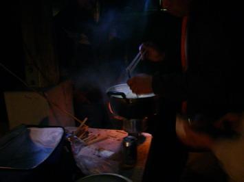 温泉から戻ると料理長が汁物を・・・ちょっと疲れてます・・・そのわけは???