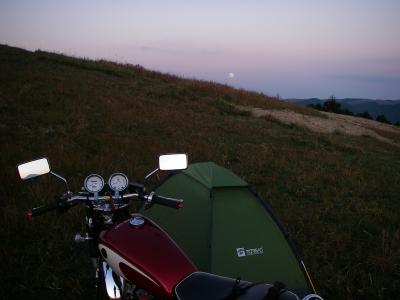 テントを設営していると空には月が・・・
