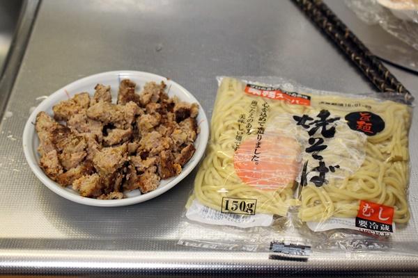 ここで用意するのが、焼きそば麺! もちろん中華麺でもオッケ~。 今回使ったのは業務スーパーの激安麺! 1袋16円やったかな? 業務スーパー LOVE(。・ω・。)ノ♡
