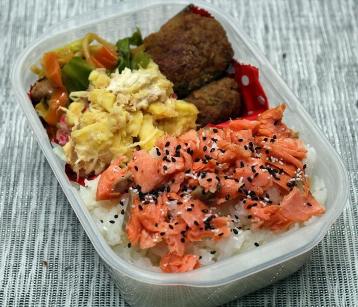 2016-04-06鮭ごま塩 サツマイモとツナのサラダ 野菜炒め ハンバーグ.JPG