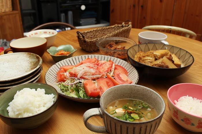 2016-10-24トマトサラダ 厚揚げと豚と大根の麺つゆ煮込み 味噌汁 マグロフレーク キムチ2.JPG