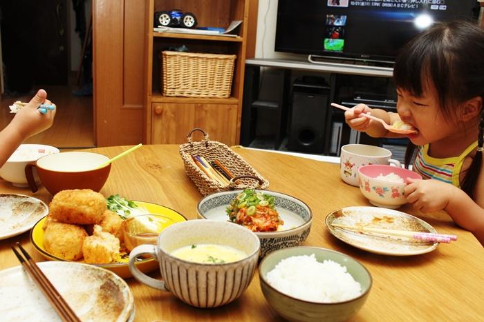 2016-10-26鮭とコーンのコロッケ キムチ納豆冷奴 パンプキンスープ みーちゃん.JPG