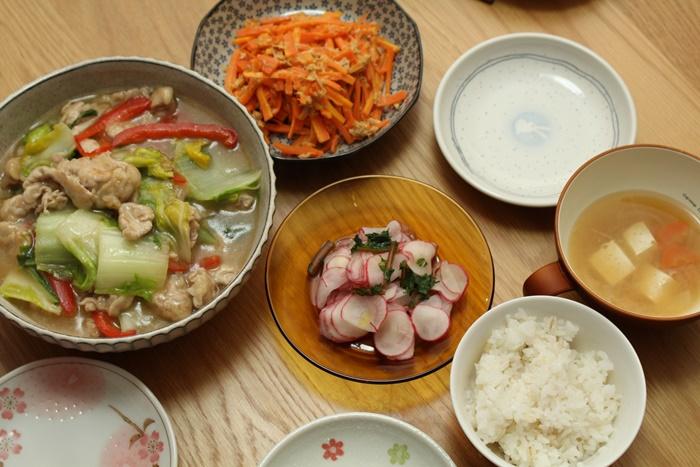 2016-11-06紅大根のサラダ 人参とツナのサラダ 豚と白菜の中華煮 豆腐の味噌汁.JPG