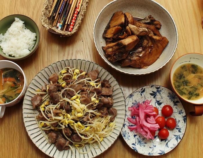 2016-11-11ずりと豆もやしの炒め物 ブリアラ煮 プチトマトと酢玉ねぎ ほうれん草とえのきの味噌汁2.JPG