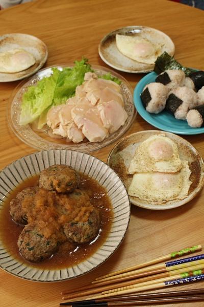2016-12-08ほうれん草ときんぴらのハンバーグ 目玉焼き おにぎり 鶏ハム.JPG