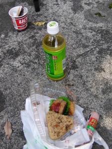 昼食のおにぎり弁当とウィンナー